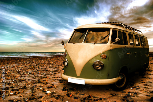 Photo  Strand mit altem Camper
