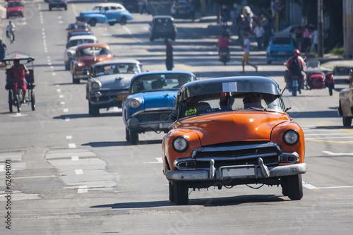 autos antiguos en la via Wallpaper Mural