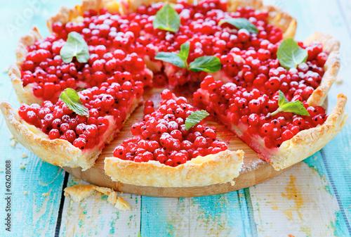 Fotografia summer round tart with currants
