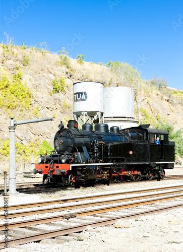 lokomotywa-na-stacji-kolejowej-w-tua-dolina-douro-portugalia