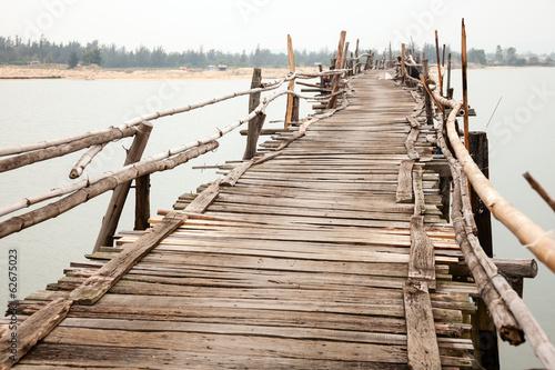 plakat Rozklekotany drewniany most