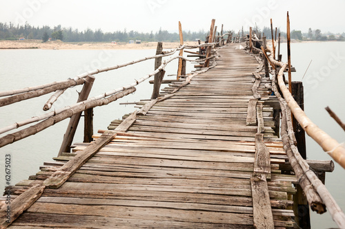 fototapeta na drzwi i meble Rozklekotany drewniany most