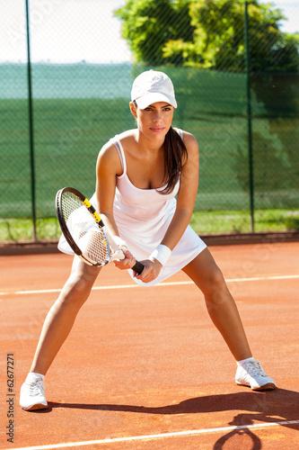 Focused tennis player on tennis court - 62677271