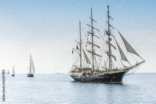 Foto auf Gartenposter Schiff Tall ship on blue water horizontal