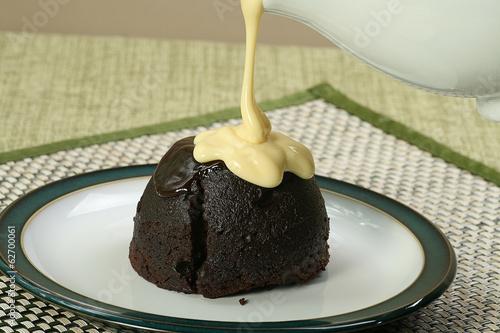 Photo dark chocolate sponge and custard