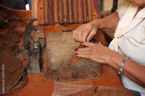 Cuadros en Lienzo Woman rolling cigars