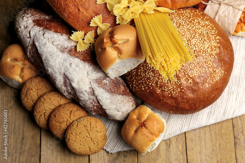 Photo  Bakery products on wooden table