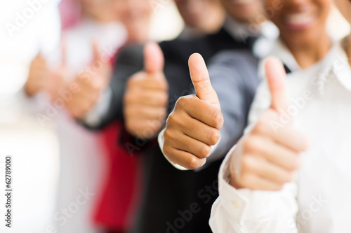 Photo  business people giving thumbs up