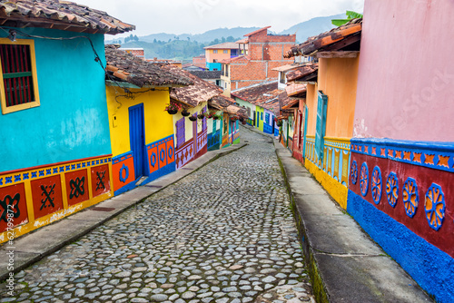 Fotografía  Calle colorida del guijarro