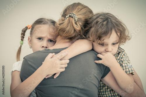 Fotografia sad children hugging his mother