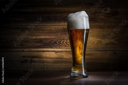 szklanka-piwa-na-drewnianym-tl