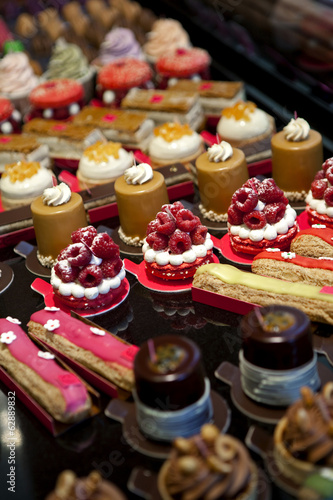 Cuadros en Lienzo Petits gâteaux dans une pâtisserie