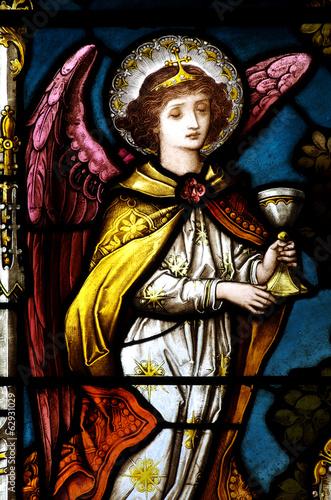 aniol-trzyma-kubek-w-witrazu