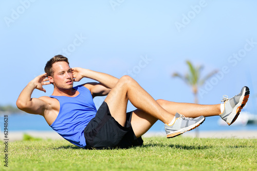 Fotografía  Sit ups - fitness man exercising sit up outside