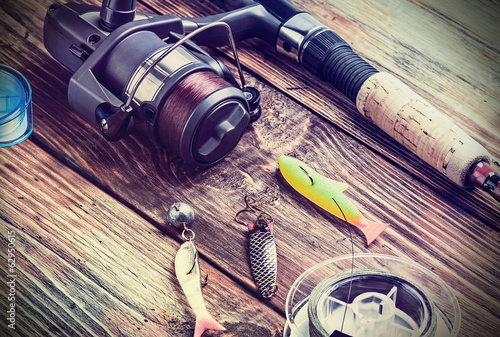 Foto auf Gartenposter Fischerei fishing tackle on a wooden table