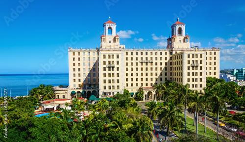 fototapeta na drzwi i meble Widok Hotel Nacional wśród zielonych palm w Hawanie. Kuba