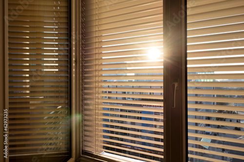 Fotografie, Obraz  Žaluzie als Sonnenschutz am Fenster