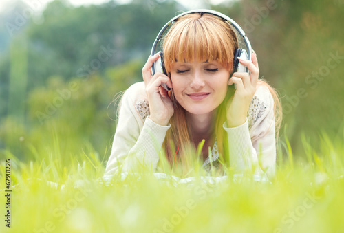 Photo  Beautiful young woman with headphones