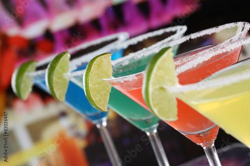 koktajle-w-kieliszkach-do-martini-w-barze