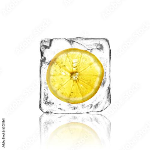 Zitrone im Eiswürfel