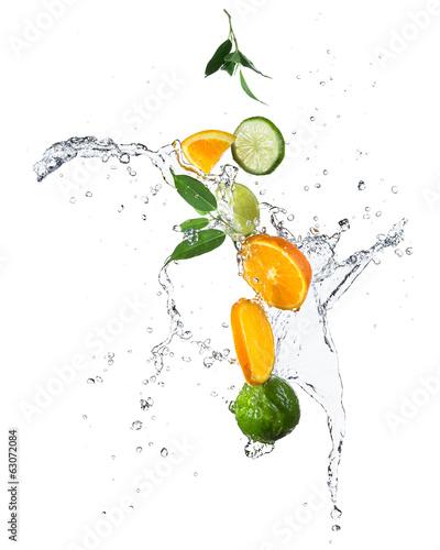 kawalki-pomaranczy-i-limonki-w-plusk-wody