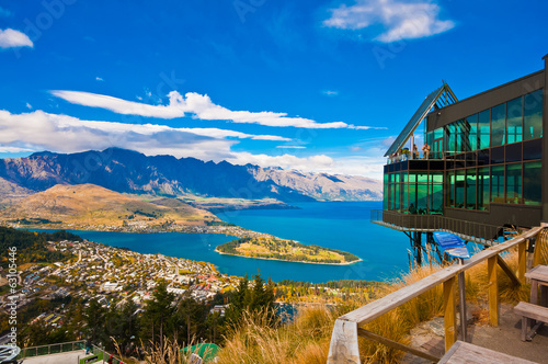 Montage in der Fensternische Neuseeland Cityscape of queenstown with lake Wakatipu from top, new zealand