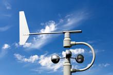Windkraftmesser Vor Blauem Himmel