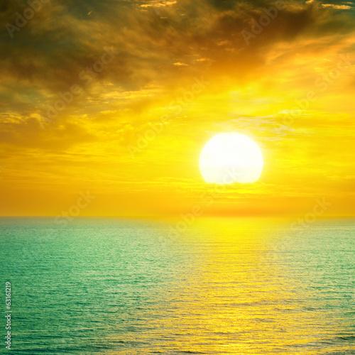Fotobehang Zwavel geel Beautiful sunset above the sea