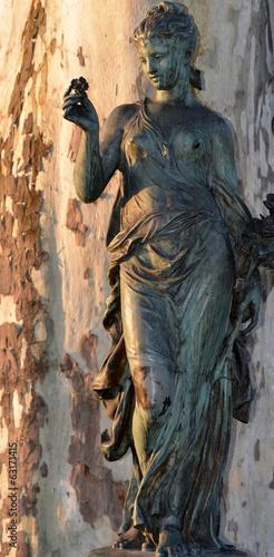 statue...femme tenant une rose Canvas-taulu