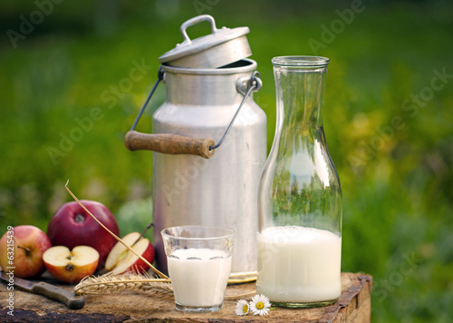 Fotografie, Obraz  Milch, Milchkanne und Äpfel