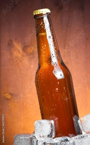 butelka-swiezego-piwa-z-kroplami-i-lodem-z-miejscem-na-tekst