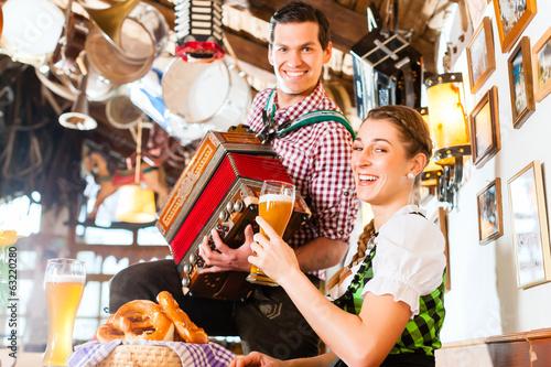 Carta da parati Musikant spielt im Bayrischen Restaurant Akkordeon