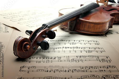 Fototapeta premium Szyja skrzypiec z pegboxem i scroolem, na kartce muzycznej.