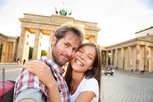 Foto op Aluminium Berlijn Happy couple selfie, Brandenburg Gate, Berlin