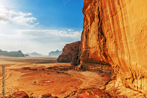 Photo Red sandstone cliff in the desert of Wadi Rum