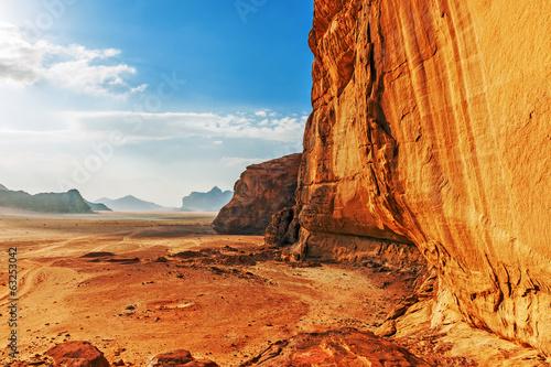 Photo  Red sandstone cliff in the desert of Wadi Rum