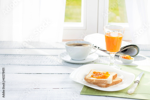 Fotomural Continental breakfast - coffee, orange juice, toast