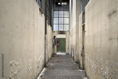 Papiers peints Les vieux bâtiments abandonnés Corridor in abandoned factory