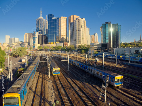 trains travelling into and out of melbourne city at peak hour