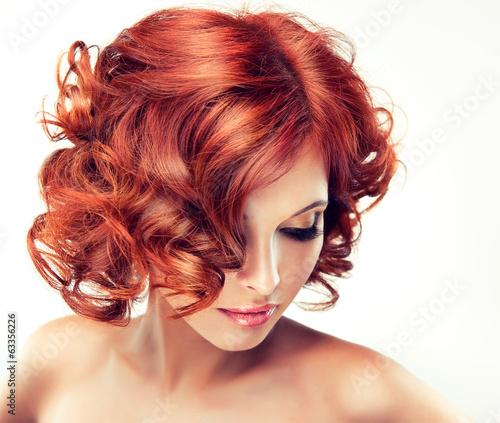 Piękny model czerwony z kręconymi włosami