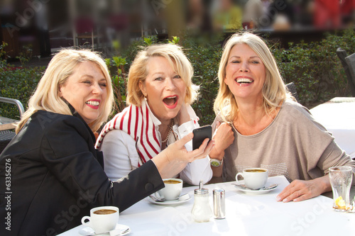 Fotografie, Obraz  Freundinnen in der Stadt Kaffee trinken