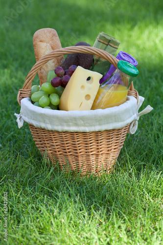 Keuken foto achterwand Picknick Outdoor picnic basket on green lawn