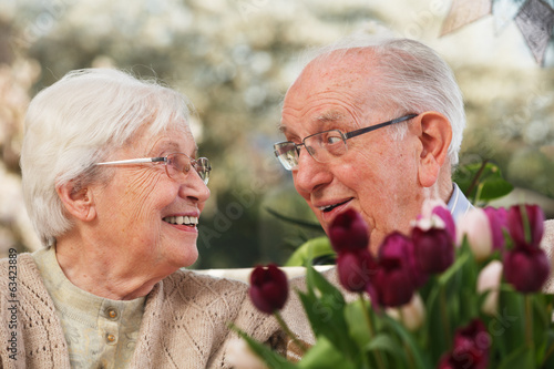 Fotografia, Obraz  elderly couple with a bunch of tulips
