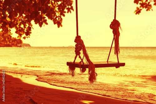 Tuinposter Zwavel geel Swings on a beach