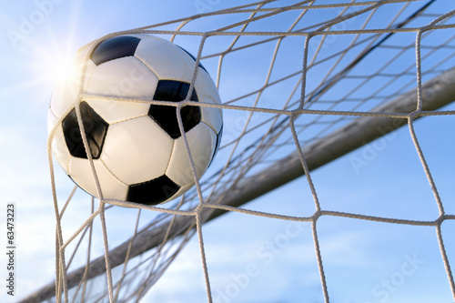 Fußball Treffer, mit sonnigem Himmel Fototapet