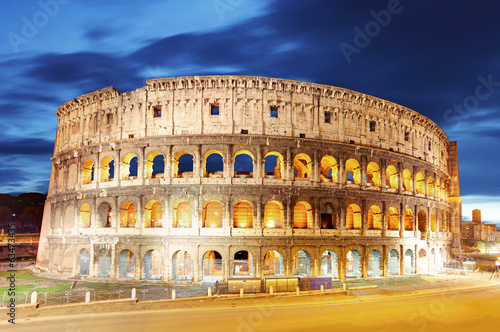 Photo  Colosseum at dusk in Rome, Italy