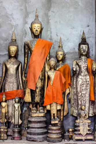 buddha-statuy-w-wata-xieng-pasku-w-luang-prabang-laos-poludnie