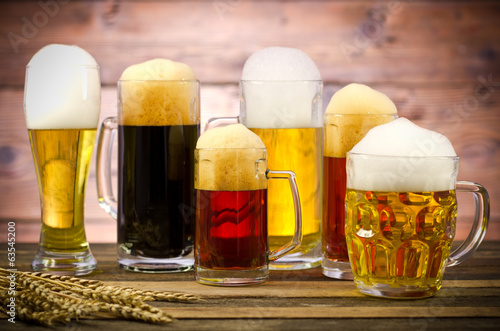 Fotografia  Variety of beer glasses on a wooden table