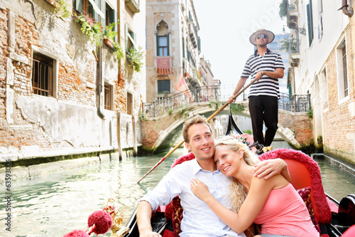 Cadres-photo bureau Gondoles Romantic travel couple in Venice on Gondole boat