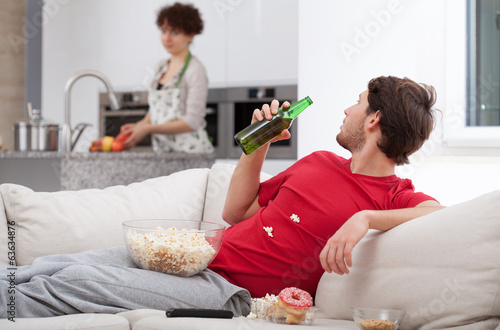 Photo  Couch potato doesn't help wife